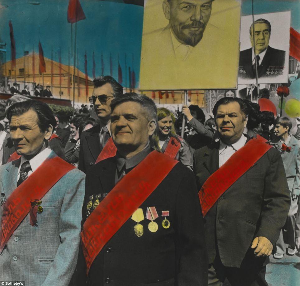 ボリス・ミハイロフによるこの作品は、13,750ポンドで落札された。この写真は、アニリン染料を使って手で彩色されている ところがユニークだ。ミハイロフは、旧ソ連でも最も重要な写真家の1人であるとみなされている。