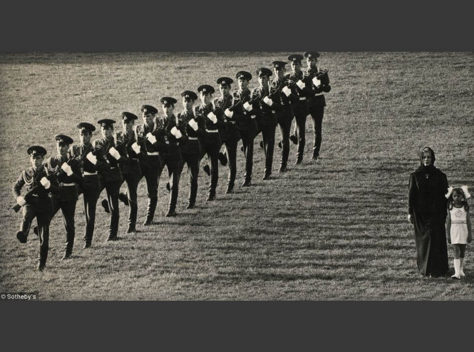 ここから先の作品は、1959年〜2004年の間に撮影された写真で、この国をソ連政府の視野の外側から描写したものだ。この写真は、エフゲニー・ラスコーポフによる『沈黙』と呼ばれる作品で、その評価額は1,500〜2,000ポンドである。