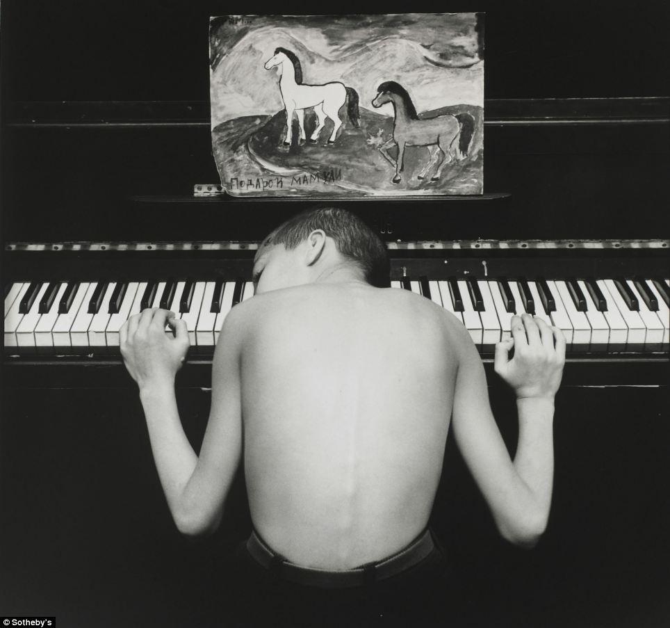 この写真は1996年に撮影されたエフゲニー・モホレフによる『アジス』という作品で、『サンクトペテルブルクの青年たち』とい う作品群に含まれるものだ。これは、同じ写真家による7点の他作品と共に5,000ポンドで落札された。