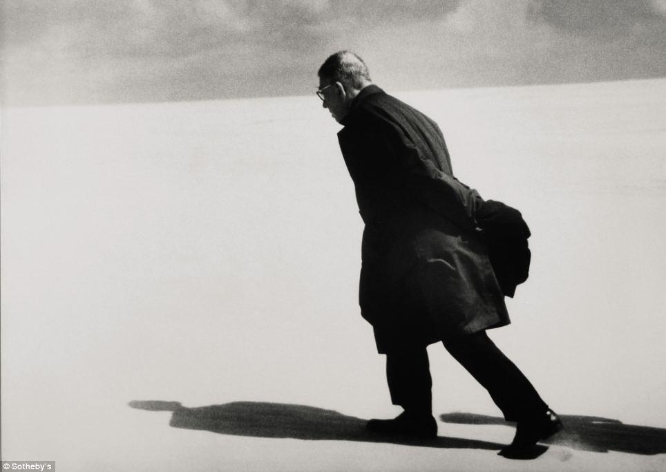 この象徴的な写真(1965年撮影)はアンタナス・ストクスによるもので、多くの国際的な雑誌の表紙を飾った。リトアニア人のこの写真家は、作家のジャン=ポール・サルトルがリトアニアを横断する旅をした際に、彼の体験を記録するよう依頼された。落札価格は7,250ポンドだっ た。