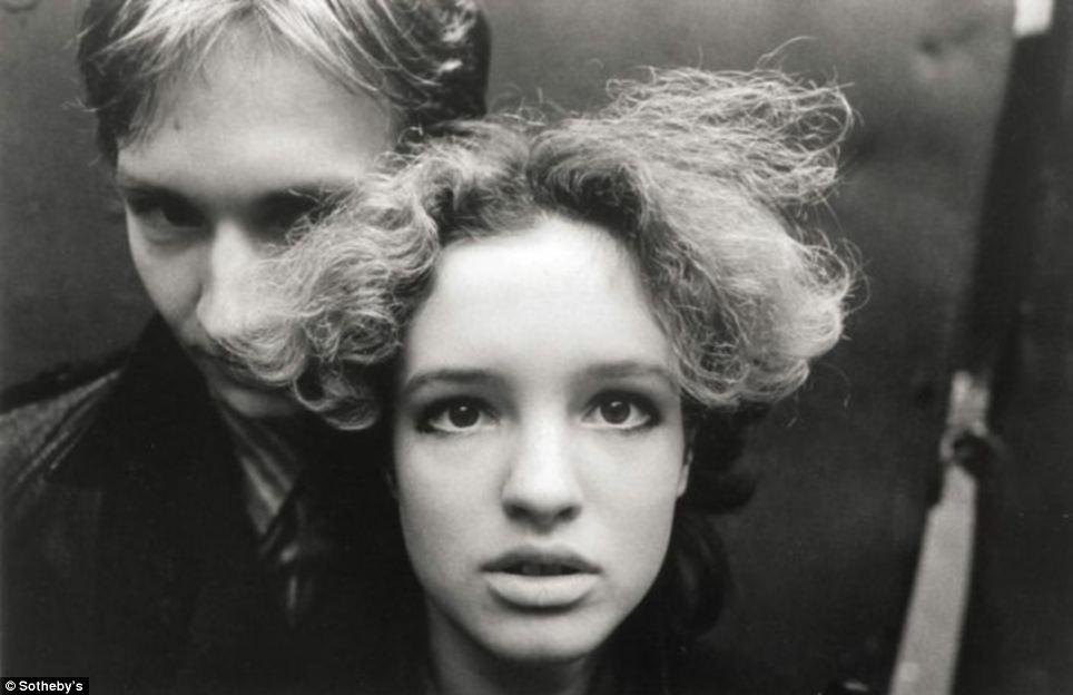 これは、ソビエト時代の写真のユニークなコレクションで、その中には、1980年代モスクワのパンクロック運動をフィルムに収め たイーゴリ・ムーヒンによる写真が含まれている。この写真家による『大都市の若者たち』シリーズのうちの2枚の写真は、6,000〜8,000ポンドの評 価を受けている。