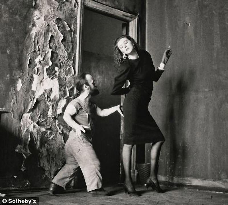 セルゲイ・ボリソフのモスクワ作品群(1988年)に含まれるこの写真は、1,500ポンドで落札された。これらの写真は、ソビ エト政府が公にプロパガンダに利用した画像とは対照的であると、このオークションのキュレーターは解説する。