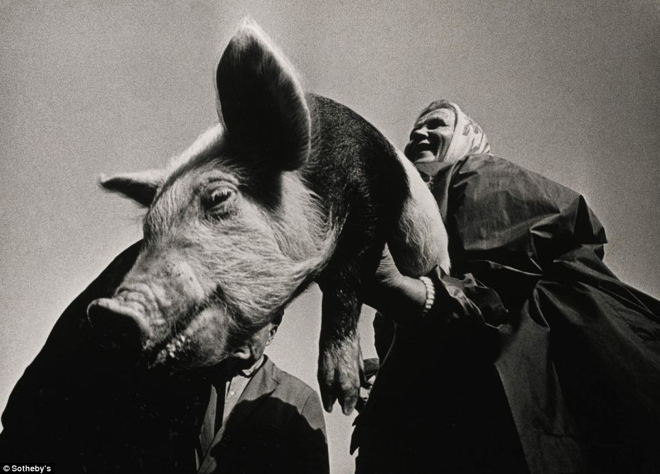 アレクサンドラス・マチヤウスカスは、リトアニアで指折りの写真家だ。彼は同国の遠隔地にある村々を訪ね歩き、地元住民の日常生 活をレンズでとらえた。『市場で』と称するこの写真は、他の2つの作品と共に4,000ポンドで落札された。