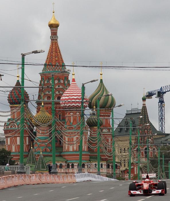 モスクワのクレムリンの周囲で7月20~21日、F1チームが参加する毎年恒例の「モスクワ・シティ・レーシング(MCR)」が行われた。これは2008年から行われている、世界有数の豪華チームによるレーシング・ショーだ。