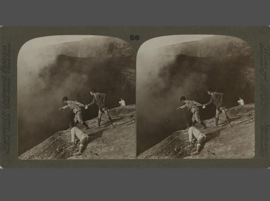 今日、三次元画像は日常生活の一部となっている。映画館で3D映画を観たり、 3Dのイラスト入りの雑誌を購入したり、3Dの手法を印刷・造形やウェブデザインに採用したりと、三次元画像は、あたかも現代技術の成果であるかのようにみなされている。しかし、その歴史は2世紀近く遡ることができる。三次元画像の視覚効果は、1830年代以来鑑賞者たちを魅了してきたのだ。// 撮影者不明、Underwood &Underwood出版社、「初級地理コース」シリーズ、硫黄の蒸気ごしに覗いた阿蘇山のクレーターの眺め、日本、1900年代、鶏卵紙