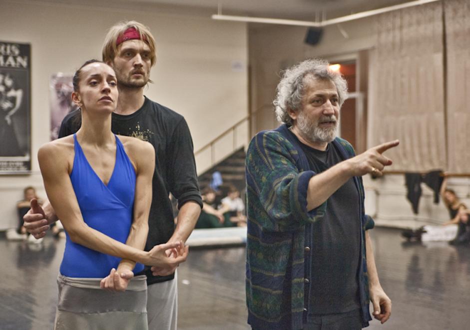 Kljub svojim letom ruski koreograf Boris Ejfman še vedno dela s polno paro. / Na sliki: Nina Zmijevec in Oleg Markov, glavna plesalca v predstavi Ana Karenina, na vajah z Borisom Eifmanom