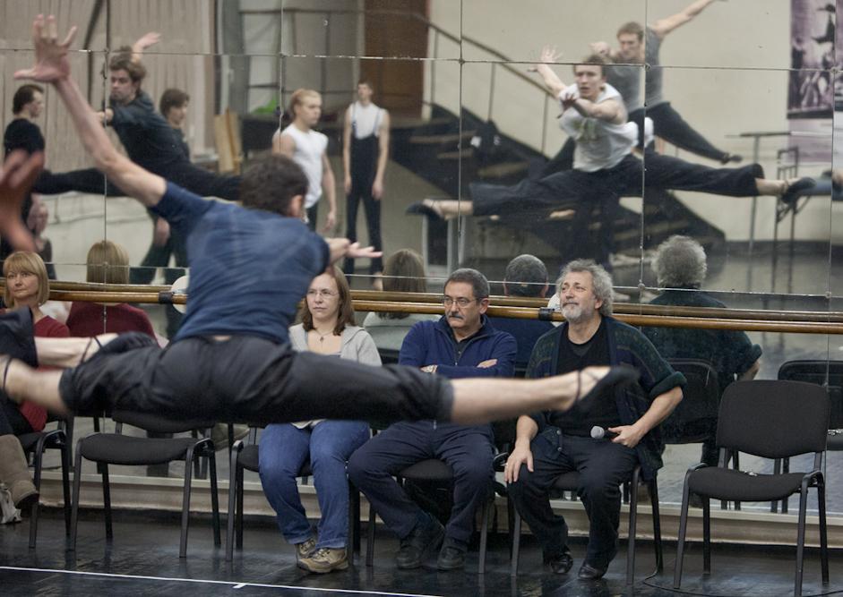 Tedaj je bil koncept Ejfmanovih baletnih predstav zelo inovativen: že od samega začetka si je balet zamislil kot eksperimentalni laboratorij enega koreografa. / Na sliki: Vaja umetnikov za predstavo Ana Karenina.