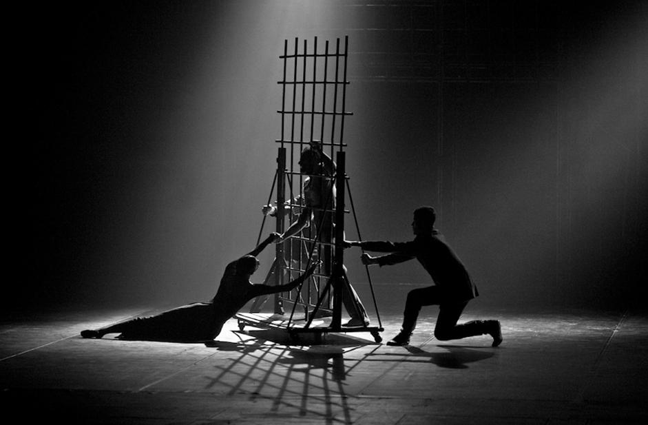 V skladu s poslanstvom promocije ruske sodobne koreografske umetnosti Ejfmanovo baletno gledališče aktivno potuje po vsem svetu. Poleg Rusije njegova geografija vključuje tudi številne druge države, kot so Kitajska, Francija, Nemčija, Italija, Južna Koreja, Španija, ZDA in druge. / Na sliki: Zadnji prizori iz predstave Bratje Karamazovi.