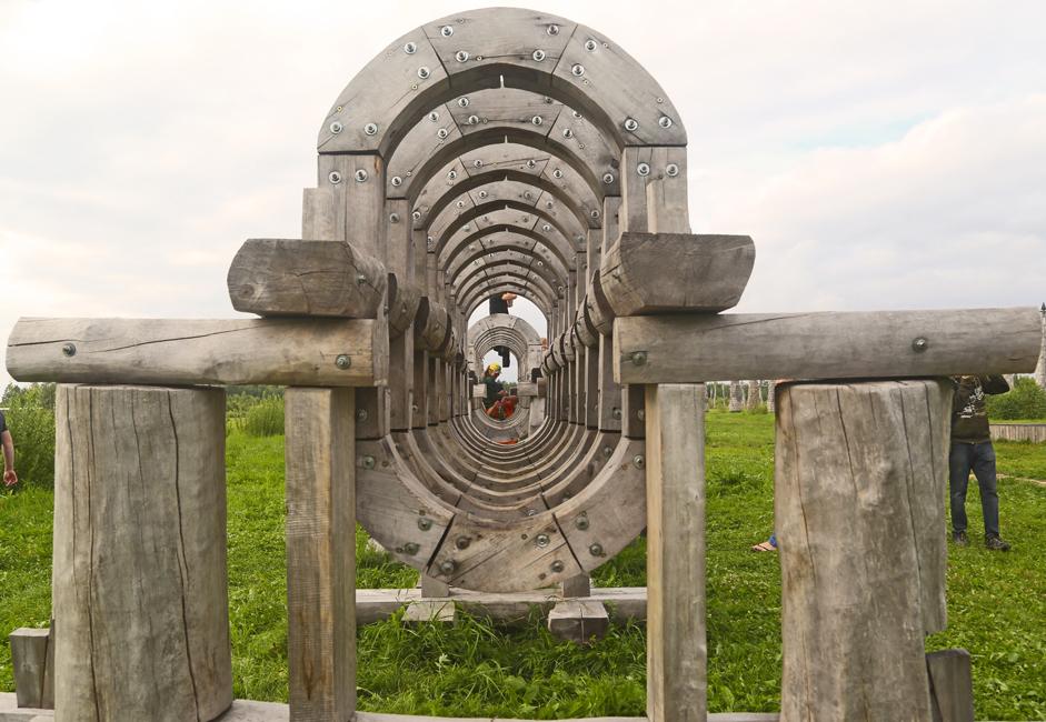 ニコライ・ポリスキーの努力のおかげで2000年から、ニコラ・レニヴェツの村は現代美術の前哨となっている。彼は農民や近隣の村の住民達と共に、村の周りに一連のオブジェを作った。
