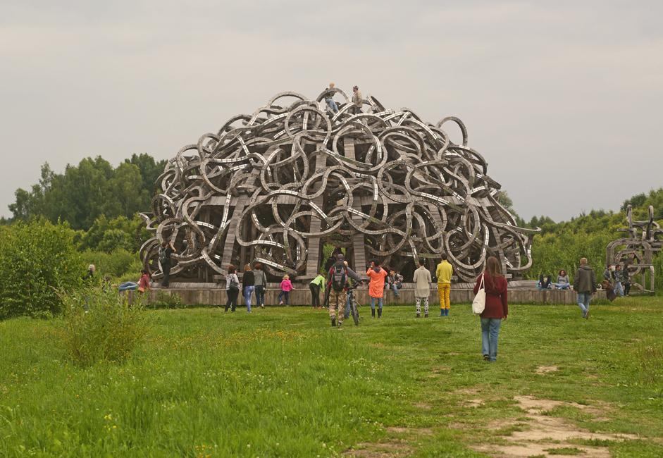 「ユニバーサル・マインド」の中心は、42のロケットの列柱をもつ台座の上にある、機械のような脳の両半球の彫刻だ。天然素材の信奉者であるポリス キー氏は、自身の最大のインスタレーション(展示)で、木製彫刻の新しいビジョンを呈示した。