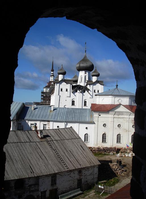 ソロヴェツキー強制収容所の中心は、港を見下ろすソロヴェツキー修道院だった。16世紀に建てられたこの要塞は何世紀にもわたり、諸島の修道院生活の中心だったが、ボリシェヴィキが権力を掌握すると閉鎖され、新設のSLONの事務所となった。