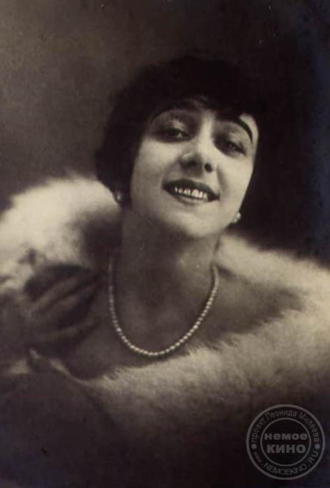 ヴェラ・カラリ(1889 —1972)、ロシアの有名なバレリーナ、振付師、無声映画女優。1906年にボリショイ劇場のソリストになり、セルゲイ・ディアギレフ率いる海外公演「バレエ・リュス」にも加わった。1914年に映画「覚えてる?」でデビュー。この映画ではチャルドィニン監督自身が相手役を務めた。短い期間で無声映画時 代のスターの一人になった。1917年のロシア革命の後、ロシアを去った。1972年11月16日にオーストリアで死去。