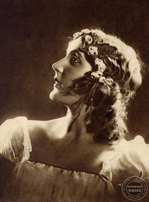 オリガ・クニッペル・チェーホワ(1868-1959)、ロシアの優れた女優、ソ連人民芸術家(1937)、ソ連国家賞受賞者(1943)。 1898年に創設間もないモスクワ芸術座に採用。作家アントン・チェーホフの妻として、チェーホフの作品の女性役を初めて舞台で具現化。「かもめ」のアル カージナ、「三人姉妹」のマーシャ、「桜の園」のラネーフスカヤなどを演じた。無声映画にも出演した。