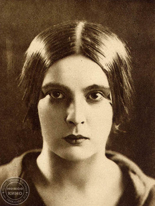ユリヤ・ソルンツェワ(1901 — 1989)、人気の映画女優、監督、脚本家、映画「戦場」で1961年にカンヌ国際映画祭監督賞にノミネート。モスクワ大学歴史・文学部で学ぶ。「アエリータ」(1924)、「タバコ売りの娘」(1924)、「大地」(1930)などの映画に出演。偉大なるA.P.ドヴジェンコ監督の妻。