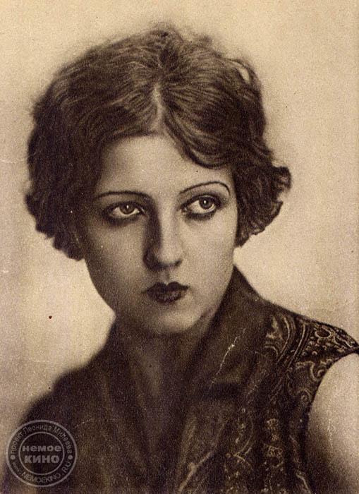 アネリ・スダケヴィッチ(1906 – 2002)、有名なソ連の女優、衣装デザイナー。1927年から1933年まで、映画撮影所「メジュラブポムフィリム」の女優。1934年から衣装デザイ ナーを始める。映画「女性の勝利」でかぶったココーシニクは、アメリカの女優であるメアリー・ピックフォードが撮影所を訪れた際、ピックフォードにプレゼントされたと言われている。