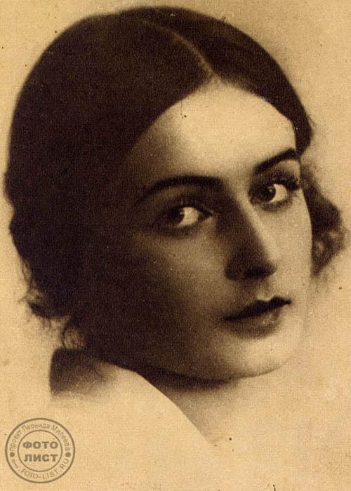 ニーナ・シャテルニコワ(1902-1982)、有名なソ連の女優。レニングラード・コメディー劇場と、俳優劇場・スタジオの女優だった。約30作品に出演しており、一番最初の映画が「鉄の踵(かかと)」(1919)だった。