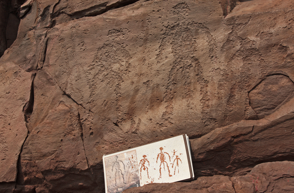 Ancient pictograms can be found on virtually all of the eight peaks. Local shamans believe that these drawings mark the sites of important energy points, for which reason they come here on festival days to to perform sacred rites.