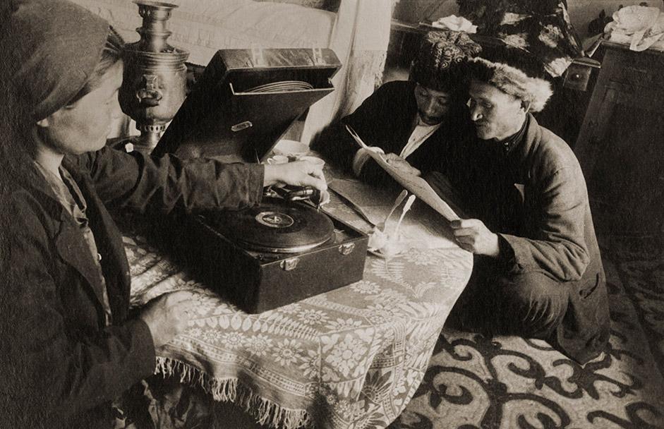 """エレアザル・ミハイロヴィッチ・ラングマン(1895-1940)は、ソ連の写真史でもっとも謎めいた人物の一人となり続けている。1930年代初め、一緒に写真協会「10月」の中心的役割を担っていた、アレクサンドル・ロドチェンコやボリス・イグナトヴィッチと同様、この分野でスキャンダラスな存在となった。ラングマンは形式主義や左翼主義を追随し、故意に写真を""""やぶにらみ""""にしているとして、非難された。"""