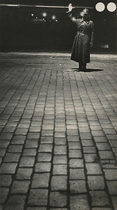 ラングマンは1929年から1930年まで、新聞「夜のモスクワ」の撮影班「イグナトヴィッチ班」の報道写真家として働いていた。この時に、ありふれた写真の構図を払しょくした、独自の創作スタイルができあがった。「職人」展のカタログの作成者であるレフ・メジェリチェル氏が書いたと思われる記事では、このように説明されている。