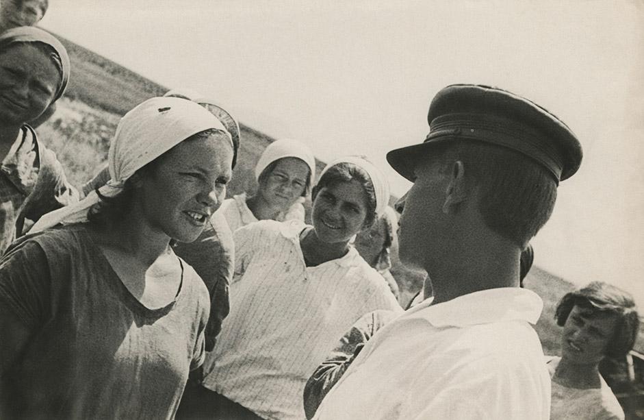 1930年代初めのラングマンの写真の名称は、当時をよく表している。「10月」集団が活発に活動していた1930年から1931年にかけて、ラングマンの作品には文芸的な題名が多くつけられた。この時期に、「印刷館」(出版関連の建物)でもっともスキャンダラスな見本市が行われ、その後「プロレタリアの写真」誌に「10月」の形式主義を酷評する記事が掲載された。文芸的な名称には「新旧シモノフカ」(モスクワのシモノフ修道院周辺)、「ラジオ体操」、「教育・実践穀物ソフホーズの作業時間測定員」、または謎めいた「『1040』を与える」(1040ヶ所の機械トラクター・ステーションを与えるの意)などがあった。
