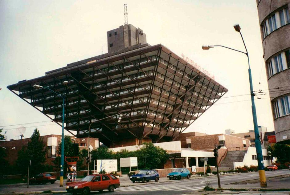 チェコスロバキア、ブラチスラバ、1983年、スロヴァキア語のラジオ局。設計はステファン・スヴェトコ、ステファン・デュルコヴィチおよびバーナバス・キスリングによる。