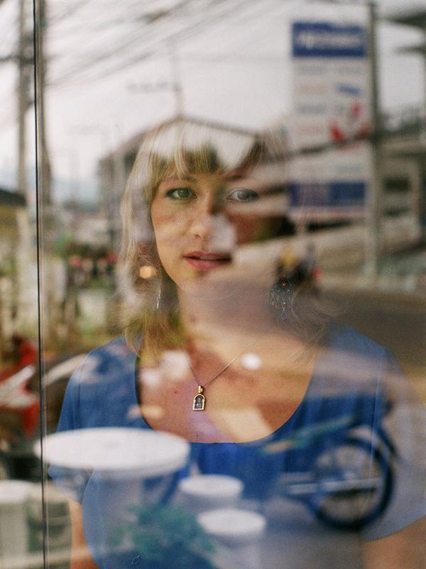 タイ南部のサムイ島だけでも、現在の定住ロシア人の数は約3000人。さらに避寒で一時滞在する人などもいる。ロシア系住人のビジネスも毎シーズン大いに増加しているが、すでに地元住民から不満もでている。 // アリョナさん。サムイ島在住2年。タイ民間療法の薬局でコンサルタントをしている。エカテリンブルクでは空港で働いていた。