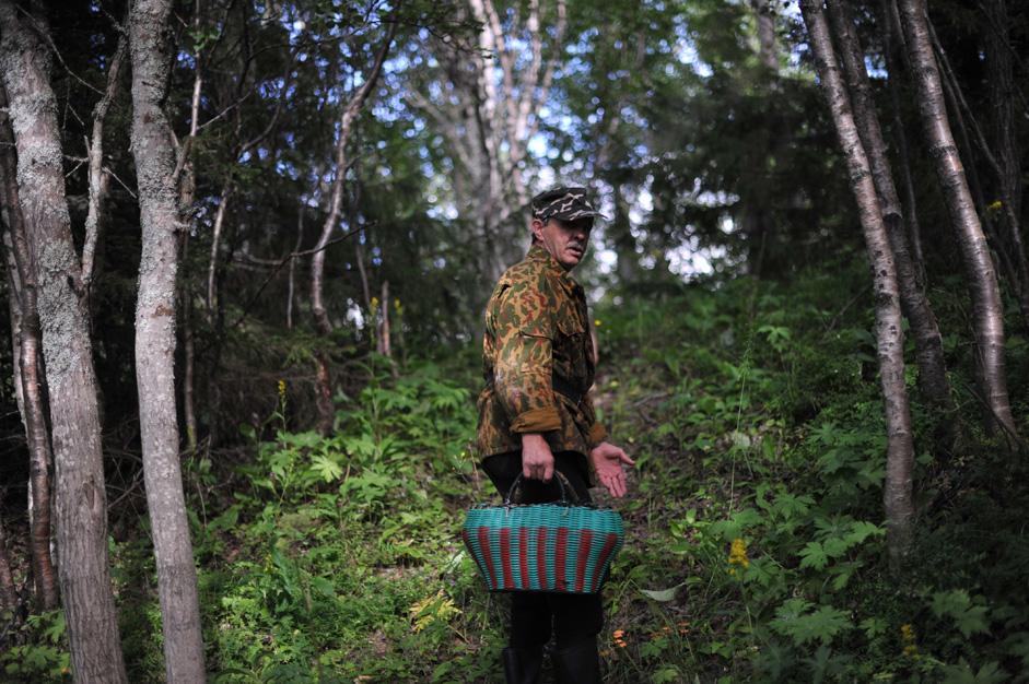 当直の合間をぬって、キノコ採りに出かけることもよくある。森林は、文字通り窓のすぐ外にある。それは、この場所でできる限られた活動のひとつだ。