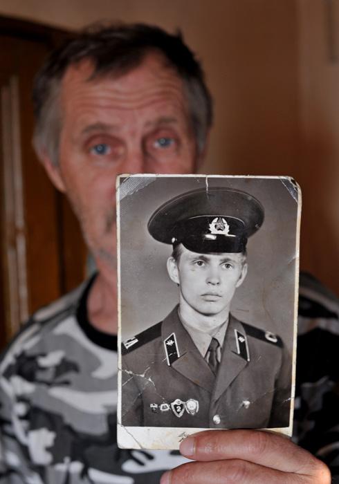 軍隊時代の自分の写真を見せるヴォローデャ・シャロノフ氏。