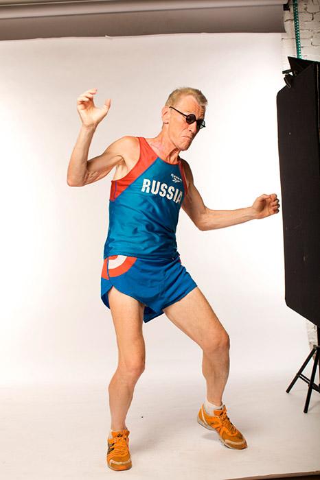 アンドレイ・チルコフさんは、ランニングが若返りに貢献したことに気づいてさえいなかった。彼がランナーになったのは偶然のことだった。酒を飲んで酔っていたある晩、当時52歳の彼は、マラソンを走るという約束をしてしまったのだった。それは20年前のことだった。彼は毎日、ハーフマラソン(20キロ)を走っている。70歳の誕生日は、その年齢と同じキロ数を走って祝った。その後、彼は7日間で490キロをこなすというスーパーマラソンの個人ベストを記録した。それでも物足りないかのように、アンドレイさんは北極でマラソンを走ったが、彼は参加者11人の中で最年長だった。