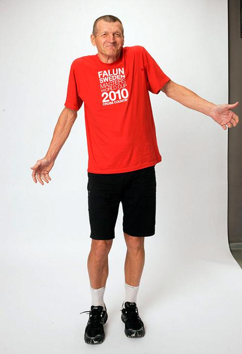 訓練を継続してきたおかげで、75歳のクロスカントリースキーヤーのボリス・ウラトフさんは10キロを30分でカバーできる。参考のために比較してみる と、それは26歳の世界選手権優勝者でオリンピックでも2回金メダルを制したペッター・ノルトゥクから9分しか遅れをとっていない。75歳のボリスさん は、共同墓地の警備員として働いている。この仕事は、国際選手権の準備を行う時間を確保できるため、彼にぴったりのものだ。