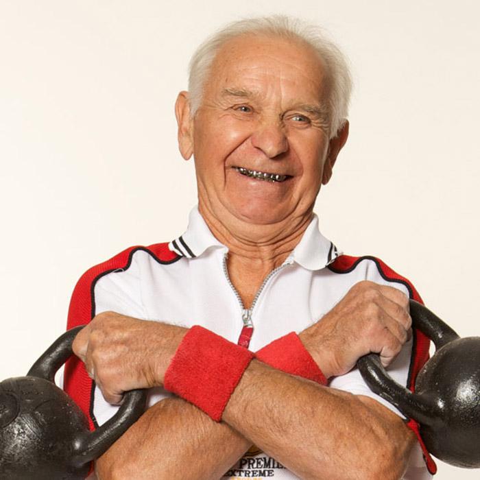 . エゴール・ミシュスティンさん(83歳)は、8キロのダンベルを片手でたやすく持ち上げる。それを2分間で60回持ち上げるのだ。イェゴールさんは若い頃から訓練してきた。先天性の心臓疾患があるため、医師にやめるよう注意されたにもかかわらず、彼は諦めるつもりは全くない。50歳で、彼は地方のサイクリングレースで優勝し、72歳になると彼はリフティング選手権で優勝した。「進歩により人々は身体を動かさなくなりましたが、運動こそが生命なのです」とイェゴールさんは信念を語る。