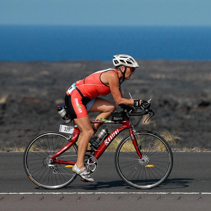 4キロの水泳、180キロのサイクリングと42キロのランニングを、ストップせずに連続して行うこのトライアスロン競技は「アイアンマン」として知られ、 複合競技の中でも最も困難なものだと見なされている。しかし、61歳の年金受給者リュドミラ・ヴォロノワさんにとって、それは朝飯前だ。リュドミ ラさんは韓国とオーストリアのアイアンマン選手権で優勝し、2012年にはスウェーデン大会での優勝も加えた。その後、彼女はハワイの世界選手権に招待されている。その競技で、61歳のリュドミラさんは、全種目を14時間25分の記録で終えた。つまり、彼女は14時間休み無しに泳ぎ、自転車をこぎ、走った ことになる。
