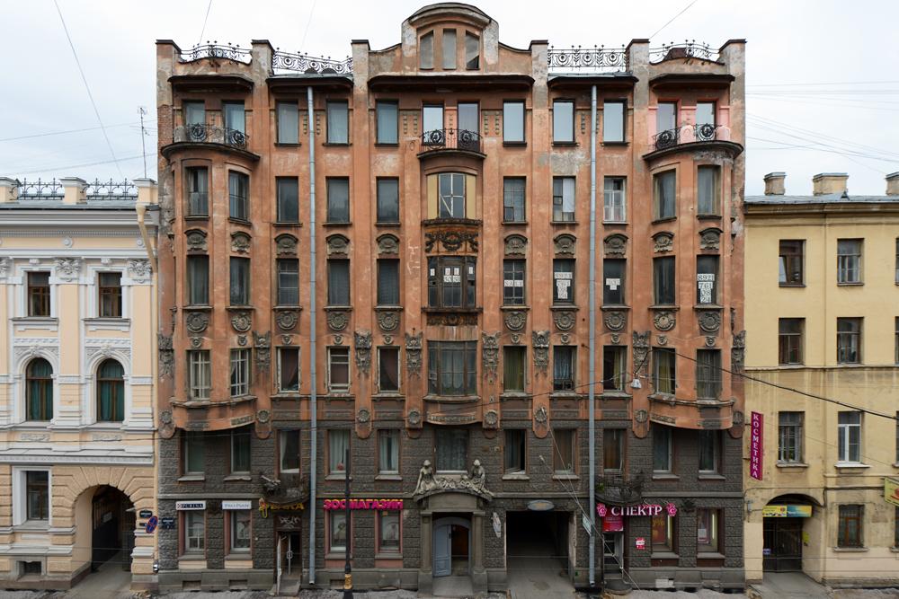 ネクラーソヴァ通り、10。 創立82年の大人形劇場はここにある。