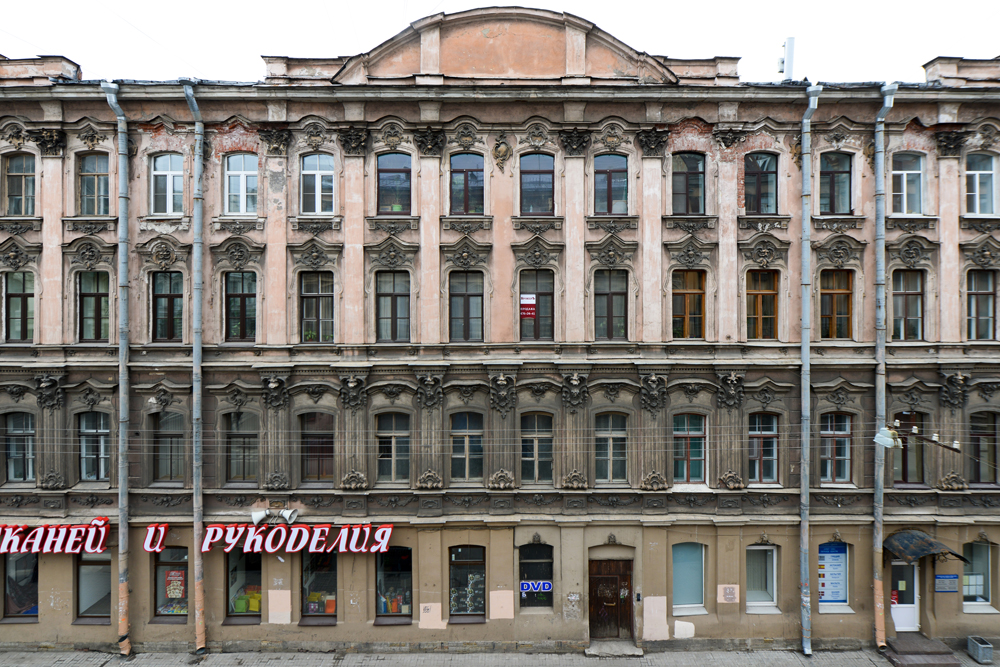 撮影された建物のほとんどは、サンクトペテルブルクの中央地区にあるリテイヌイ通りの近くにある。
