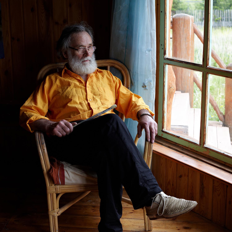 アレクサンドル・アレクセイエフ=スヴィンキン(60歳)、アーティスト。1987以来ここに住み、2007年に新居を建て始めた。「ここにある何もかもがインスピレーションになります。単なる低木でさえも。当初、私はチュソヴォエに行くことに抵抗を感じていましたが、6月には考えを変えて行くことにしました。子供たちとその家族にこの土地を譲ることができるように、ここに永住することにしました」