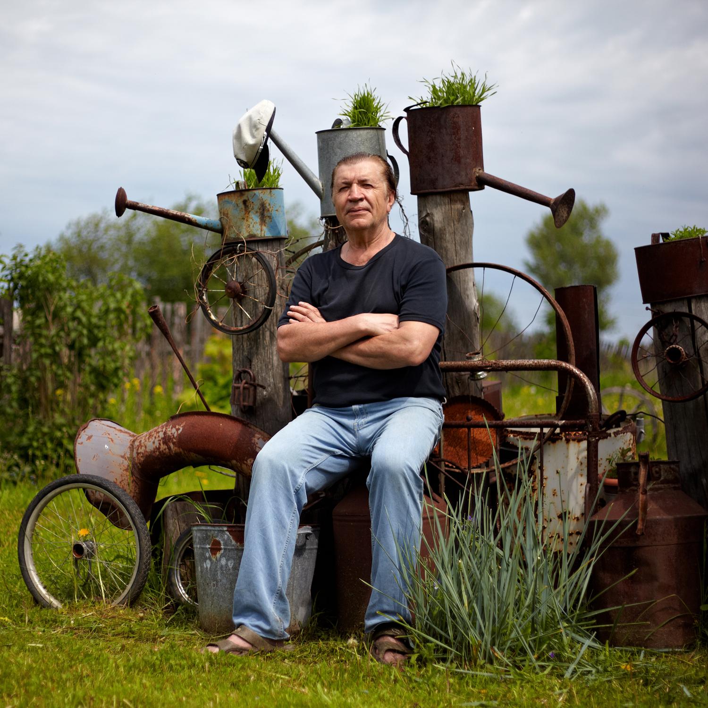 ボリス・クロチュコフ(65)モニュメント・アーティスト。1980年以来チュソヴォエに在住。「主なモニュメントは、家の周囲に20年前に植えられた樺の木々です」