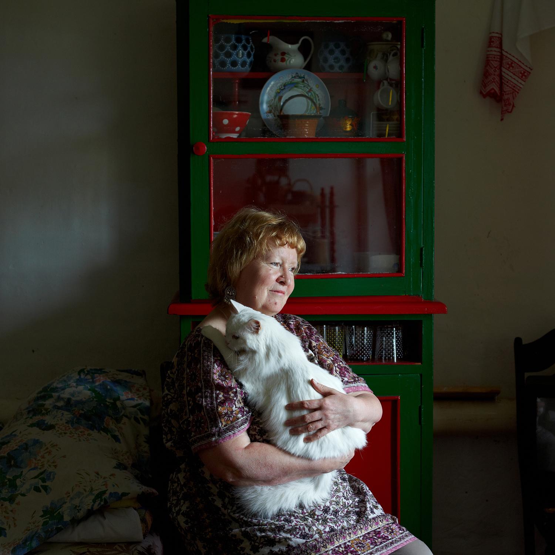 ヴェーラ・コシャンコフスカヤ(62)、画家。オルガ・ソチュネワさんの招待に応じて25年前にチュソヴォエにやって来た彼は、次のように回想する。「私はサンクトペテルブルクからやって来て、10年間郷愁を抱きながら暮らしましたが、その後はチュソヴォエでの生活に慣れ、ここが自分に合った場所なんだと感じるようになりました。子どもたちのために、土地も一画購入しました。この場所は彼らにとっての故郷なんです。ペレストロイカの最中、アーティストたちはジャガイモを植え始め、共同で自動車を借りて都会まで収穫を売りに行ったものです。アーティストたちの共同農園のようなものですね」