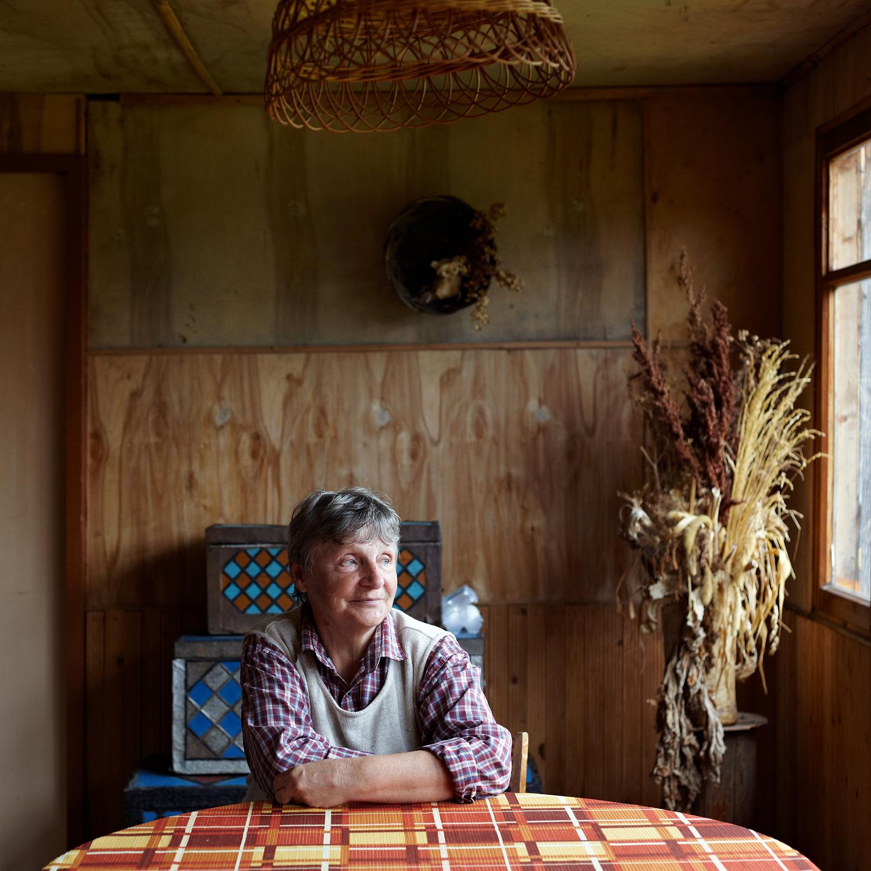 タチアナ・パヴローワ(71)、芸術家イーゴリ・パヴロフの未亡人。1982以来チュソヴォエに在住。「まるでビジネスのようです。誰かが事業を立ち上げると、すぐに家族や知人がやって来て、その機会に同乗するために同じ道をたどり始めるんです。都会では展示会や仕事のせいで、お互いに会うことはないので、そのような機会は夏まで待ちます。主人は夏は絵を描いて過ごし、プレネールのワークショップを催すことがよくありました。それにはロシア中からアーティストがやって来たものです」