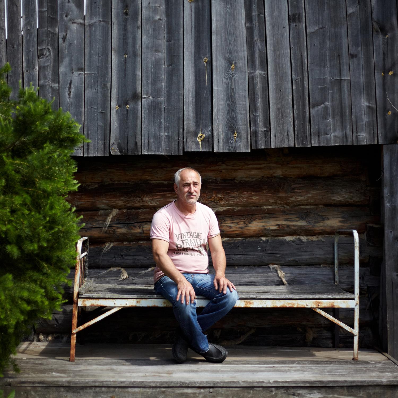 セルゲイ・ピンチュク(57)、装飾芸術アーティスト。20年以上も前にチュソヴォエにやって来た。「ここに来て、ここに住もうと決めたら、いい人たちばかりに囲まれていました。私は、3枚の壁と朽ちた屋根だけの状態にあったこの家を購入しました。装飾芸術家の仕事は独りで行うものです。ここの人たちは一人で座って、遠くをぼんやりと見つめています。でも私の場合、ここではあまり仕事をする気分にならないので、無理にすることはもうありません」
