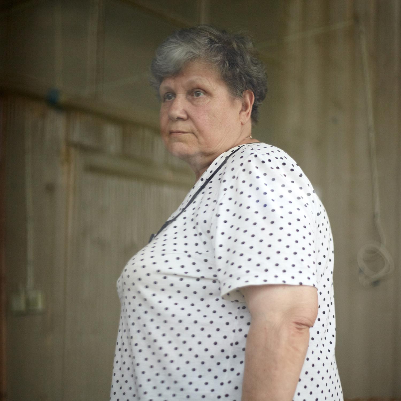 オルガ・ソチュネワ(68)操り人形師。彼女は、この村で家を購入した最初の一人だった。それは37年前のことだ。「私は1962年、小学校3年生の時にプレネール(野外)写生をするためにここにやって来ました。その後は毎年ヨーロッパに行きました。何しろエカテリンブルクは違う方向の、アジア方面にありますから。チュソヴォエにアーティストがいることが、地元住民にプラス効果をもたらしています。それにアーティストのおかげで、彼らの物件が荒廃しなくてすみますから」