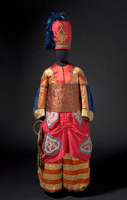 キュビスムは既に美術界で始まっていたが、NGA副キュレーターのセーラ・ケンネル氏は、「『春の祭典』は現代主義の美学を公に具現した最初の作品でした」と説明する。「この作品では、過去の伝統からの表向きの決裂が突然生じるのです」/レオン・バクスト、『シェヘラザード』の主宦官の衣装 (マリー・ミュール制作)1910年