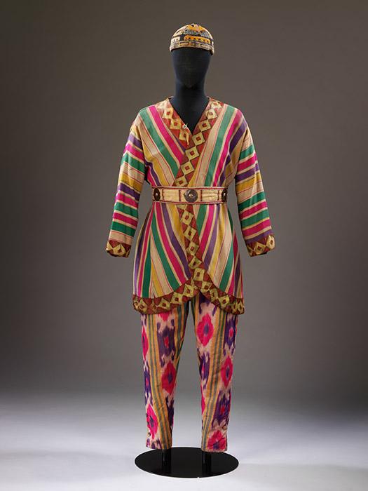 しかし、『シェヘラザード』の、振付とは言えどもあけらさまなエロティシズムと、ゆるくて透けて見える衣装は、やはり大きなセンセーションを引き起こした。女性はターバン、羽飾りやハーレムパンツを着け始め、テーマパーティを催した。バレエ・リュスのロシア人スターたちは、一種のオリエンタリズムの雰囲気を醸しだし、それを初期の作品に利用した。彼らは西洋に、ウズベキスタンやウクライナといった場所からの織物や民俗文化を紹介した。このバレエ団もいろ いろな意味で、振付師、舞台装置家から衣装アーティストに至るまで、祖国が激動のただ中にあった時代に、世界における新たなロシアのアイデンティティを探し求めていたのだ。/ ニコライ・レーリヒ、『イーゴリ公』のポロヴェッツ人戦士の衣装 1909年頃