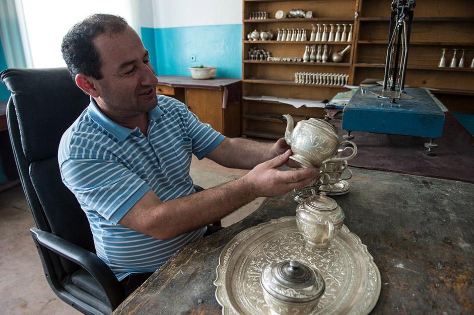 通常は、それぞれの職人が特定の職種に特化している。例えば銀は、次の工程に進む前に精錬され、鋳造される必要がある。この村でこの種の作業をこなせる人は数人しかいないため、他の職人が彼らの所へ依頼に来る。
