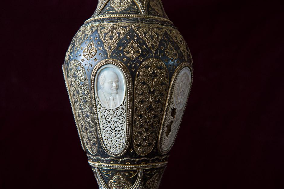 例えば現在、花瓶が村の博物館に展示されている(ボーンカービング、塗金処理と銀細工が施されている)が、これはスターリンに贈呈されたものだ。彼が崇拝 されなくなると、この作品は、奇跡的に、作製されたこの村に返還された。