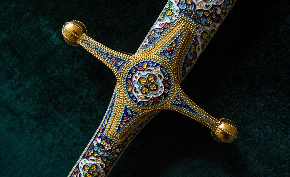 当然ながら、現在の状況が作製に影響を及ぼしている。鎖かたびらが製作されることは無論なくなったが、剣が作られるとしたら、それは武器としてではない。