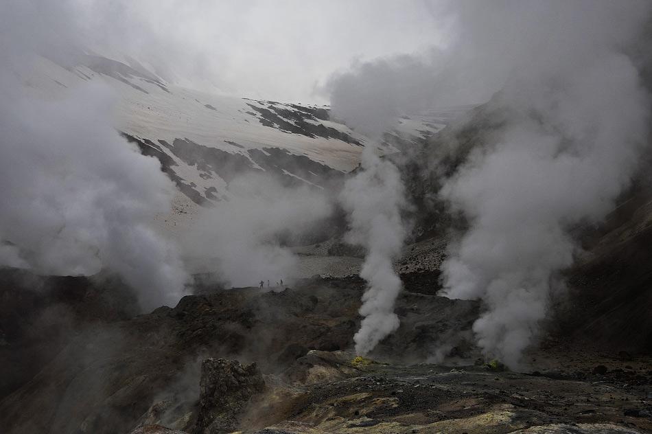 L'une des attractions principales de la péninsule est l'impressionnante Dolina Geyserov (Vallée des Geysers). La Vallée de la rivière Gesysernaya fait partie de la réserve naturelle Kronotski qui compte quelque 200 valves de pression géothermique qui crachent de la vapeur, de l'eau et de la boue.