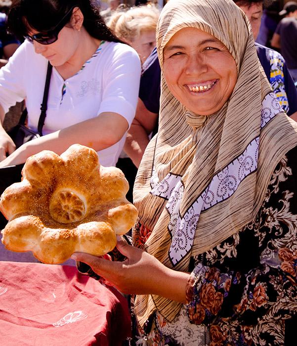 当初「イサディ」は、商人が岸に船を停め、商品を売ったり、自分達の村で必要な日用品や釣り具と交換したりする場所だった。アストラハンの他の市場とは対照的に、大イサディ市場は未だにそのユニークな個性と民族性を保ち続けている。「ラヴァッシュ」や「チュレク」など、美 味しいカフカスのパンは、伝統的なロシアのパンとは異なる。