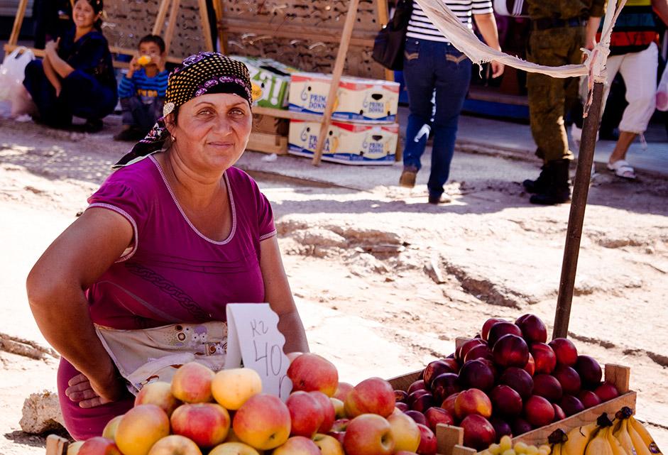 市場を訪れるのに一番良い時間は、八時前の早朝だ。市場のメイン・ビルディングの入口から、東洋の食べ物の匂いが漂ってくる。夏の間は商人の店では、 ブドウ、リンゴやプラムなど、新鮮な地元の果物があふれている。