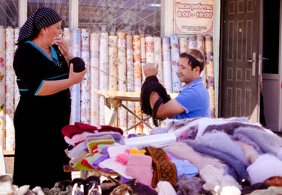 夏には、数ヶ月の長い冬へ備え始める。熟練した職人は、それぞれのお店のカウンターの後ろで手作りの伝統的なウールのニット製品を作っている。