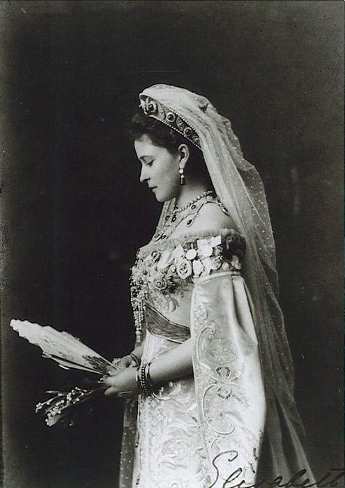 エリーザベト(ロシア語ではエリザヴェータ)は、ヘッセン大公ルートヴィヒ4世とアリス王妃との間に次女として生まれたドイツの 王妃で、イギリスのヴィクトリア女王の孫にあたる。生涯を通して、彼女は悩める人々の救済に献身した。ロシア革命中に殉教死したため、エリザヴェー タは聖人の列に加えられた。彼女はヨーロッパで最も美しい王妃と称された。